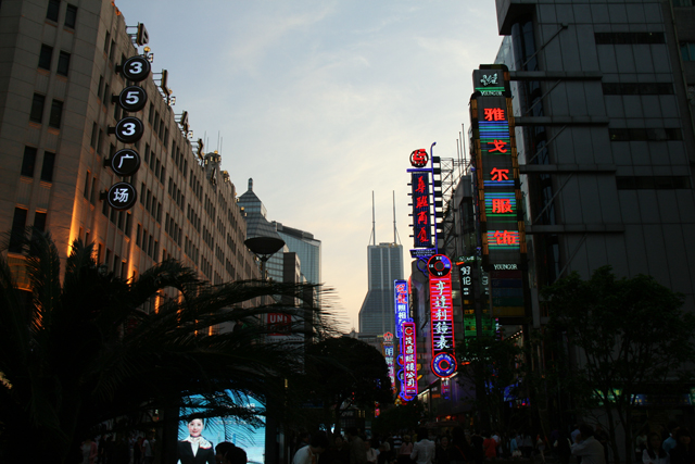 Nanjing Dong Lu, THE grande rue commerçante de Shanghai