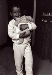 Grand frère et petit bébé